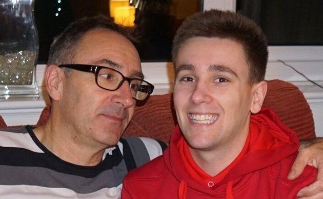 Louis O'Neill con il padre. Il ragazzo è morto per trombosi per aver passato ore davanti ai videogiochi durante il lockdown. Credits: Huffington Post