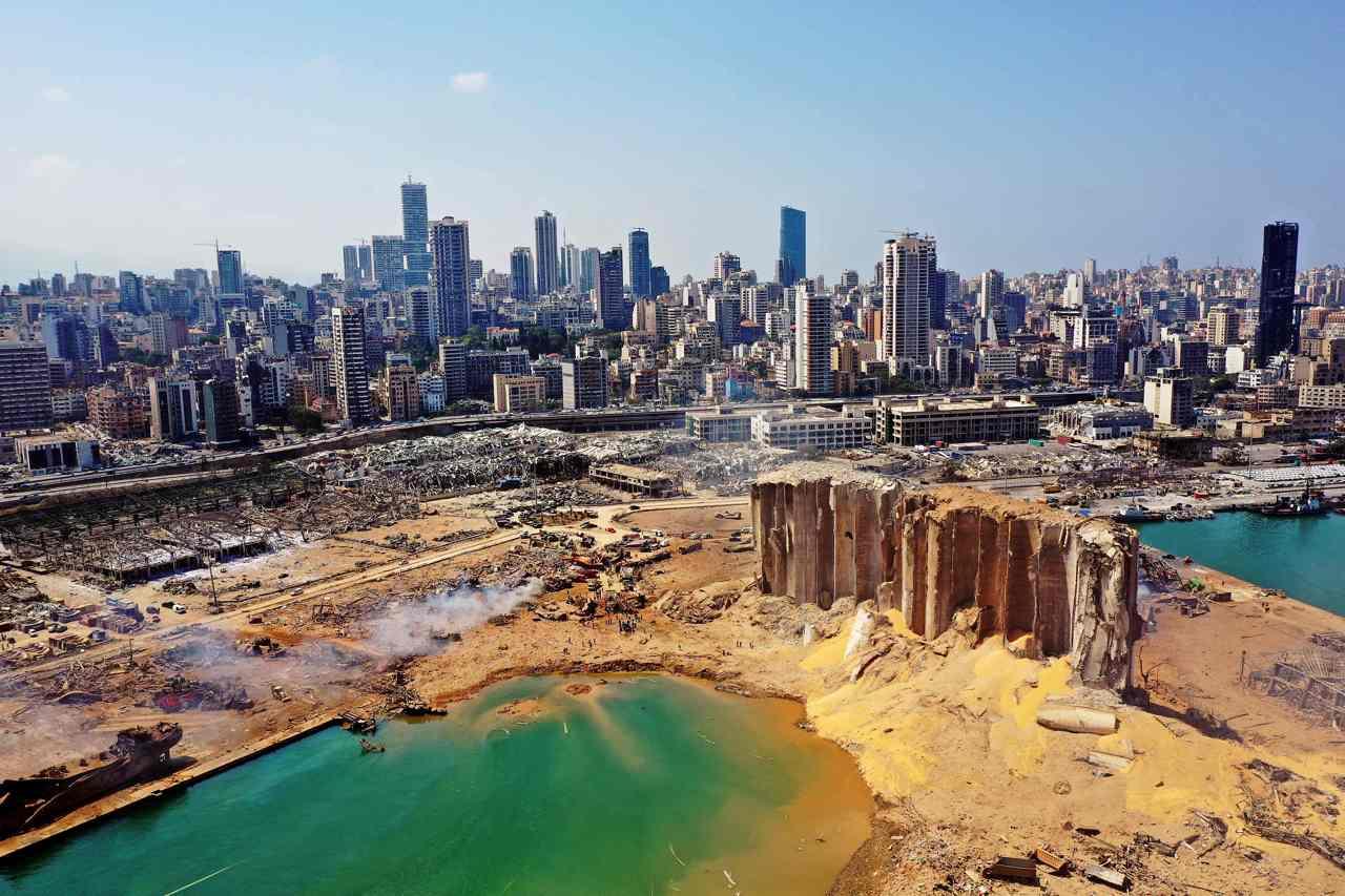 Il porto di Beirut dopo le esplosioni all'hangar 12