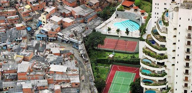 Il muro che in Brasile divide favelas e appartamenti per persone più che benestanti