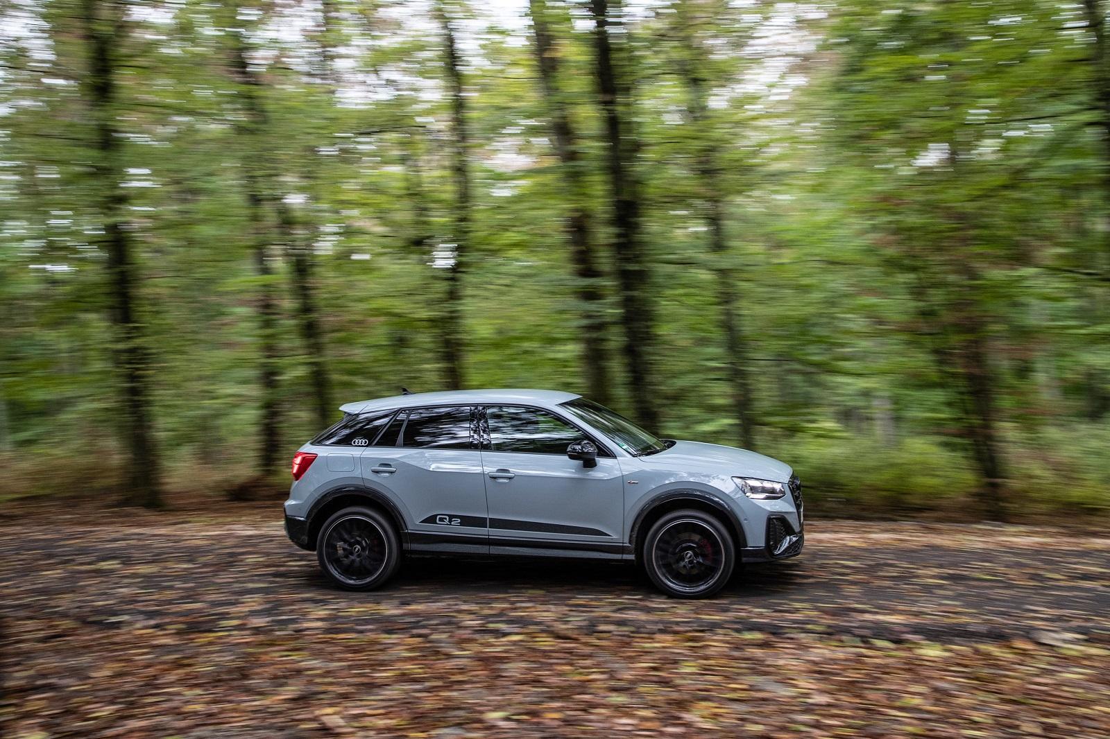 La nuova Audi Q2 2021. Il colore dell'auto in foto si chiama arrow gray