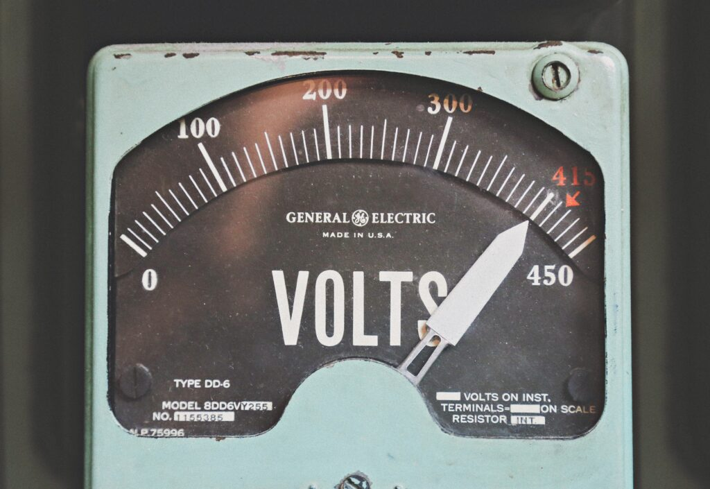 Voltmetro per la misura del voltaggio della corrente elettrica