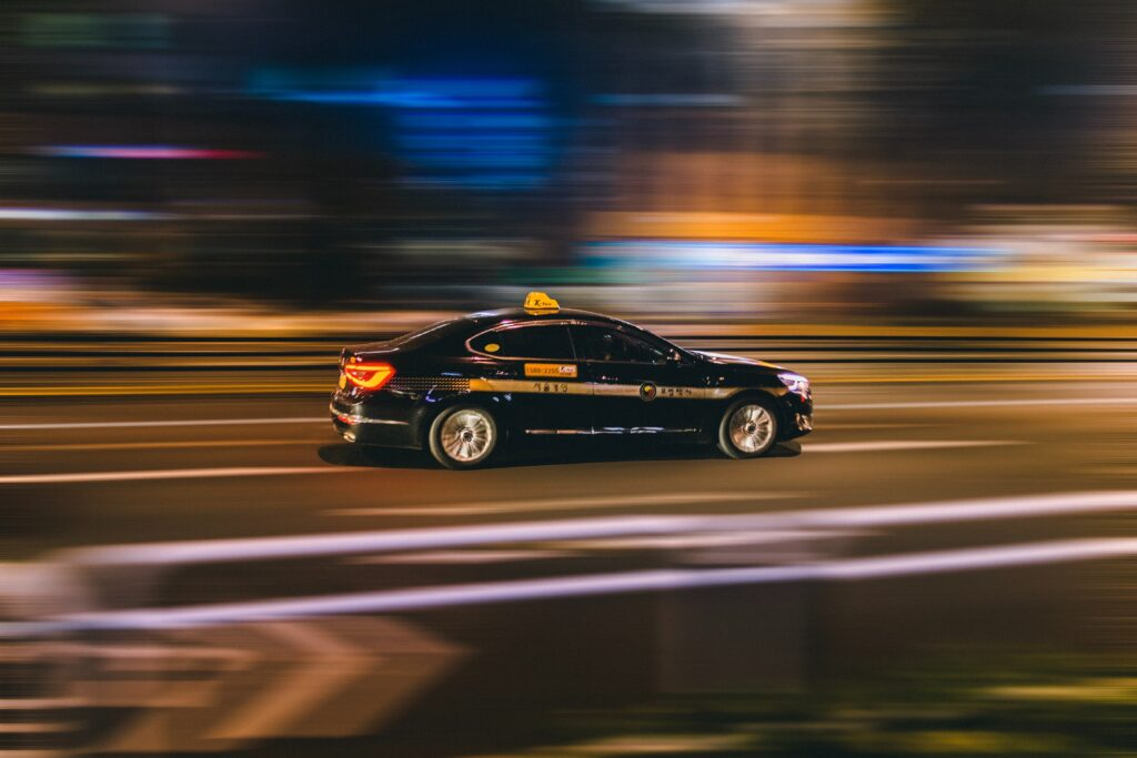 fotografia notturna di auto in corsa