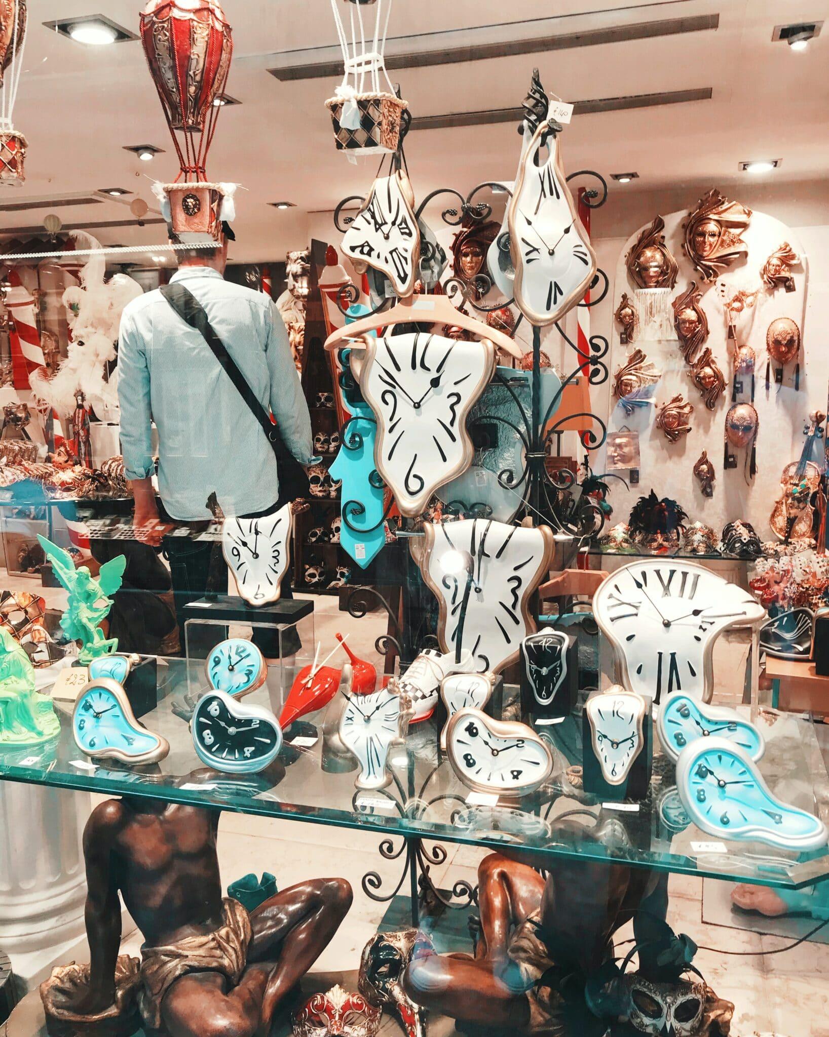 negozio di orologi con design ispirato a Dal