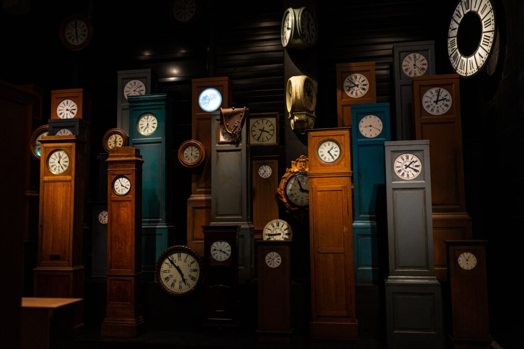 foto buia di orologi in legno