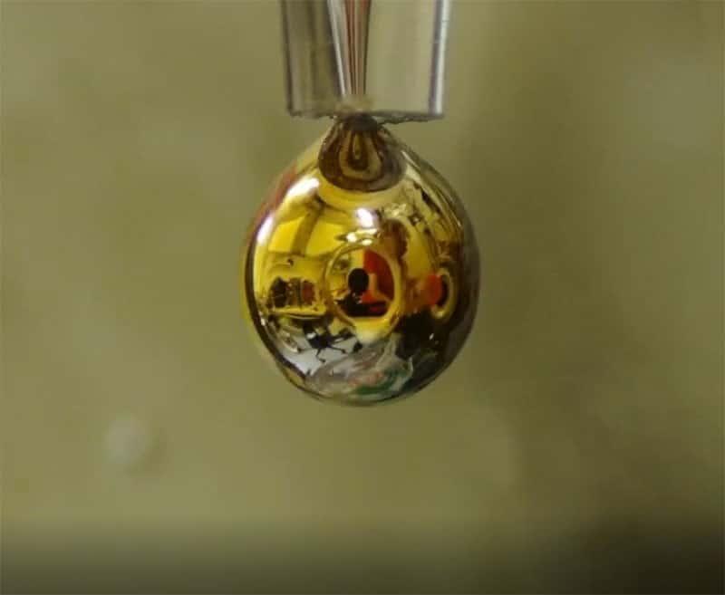acqua in un metallo dorato