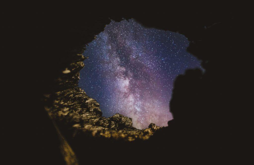 silhouette d'uomo di fronte allo spazio