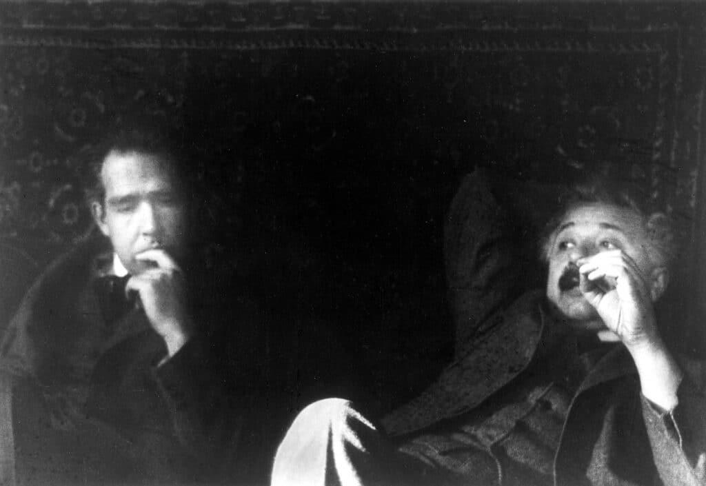 Foto in bianco  nero di Niels Bohr ed Albert Einstein